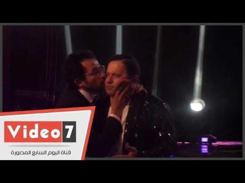 شاهد ما فعله أحمد حلمى مع ادوارد أثناء تقديمه حفل أوسكار السينما العربية  - 02:21-2017 / 10 / 21