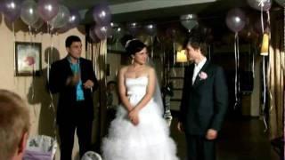 Прикольный подарок для молодожёнов на свадьбе