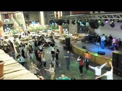 Танцы под живую музыку в ресторане Парвана