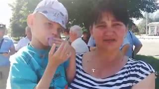 Мама ребенка с особенностями развития на митинге за животных в Дубовке