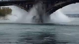Трубу горячего водоснабжения прорвало под Глазковским мостом