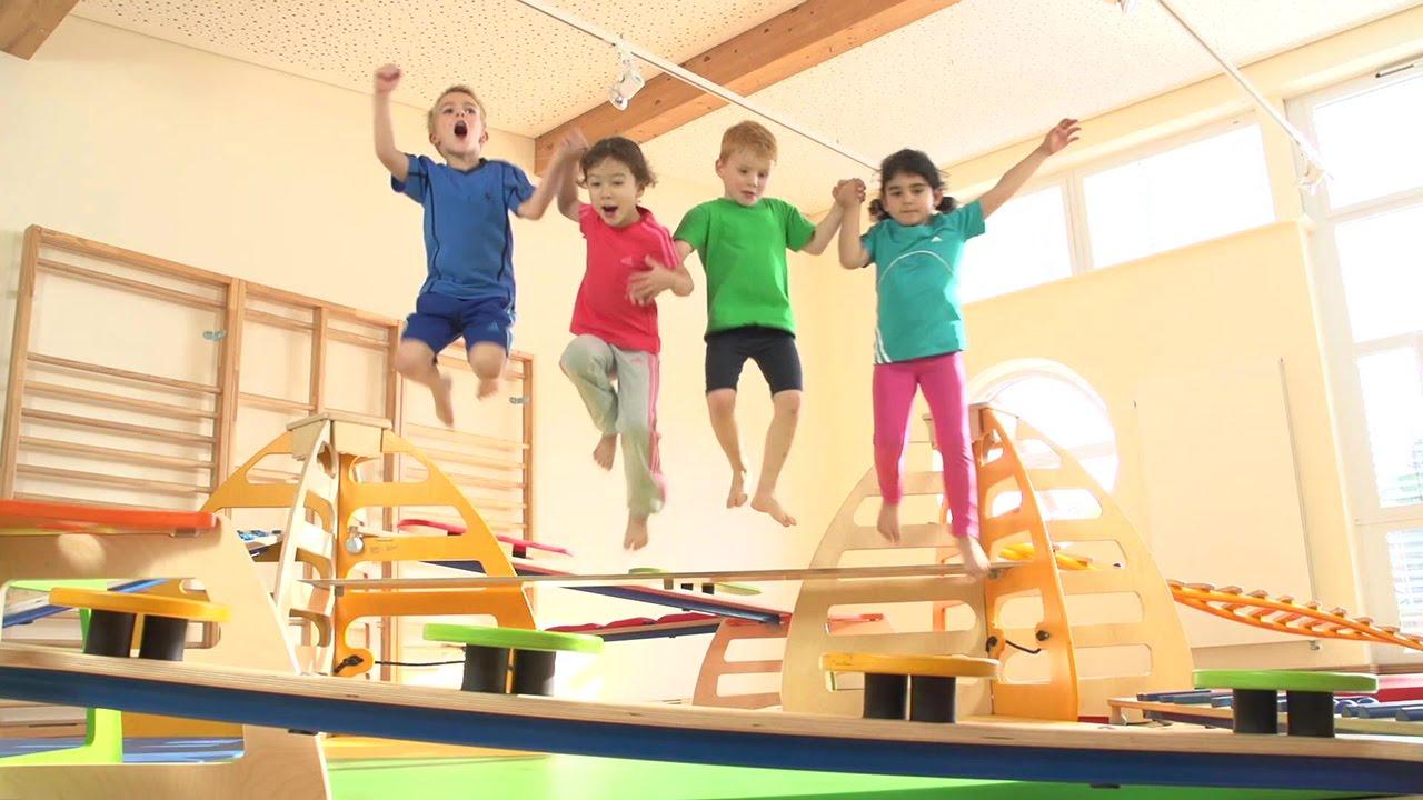 das spiel mit dem gleichgewicht der balanciersteig von wehrfritz ideal f r kindergarten. Black Bedroom Furniture Sets. Home Design Ideas