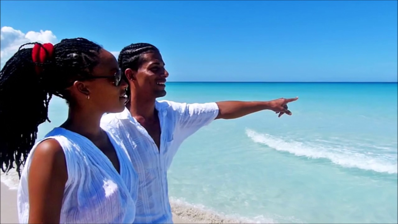 Black couple getaways walk on the beach in nassau bahamas for Couples vacations in usa
