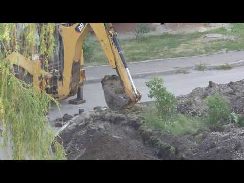 CAT432F копает траншею под газопровод.
