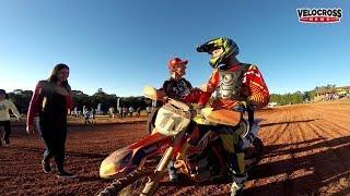 Piloto  campeão , pega moto emprestada e ganha a corrida KTM 250