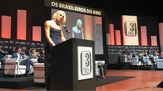 Pabllo Vittar recebendo o prêmio de Brasileiro do Ano da revista ISTOÉ