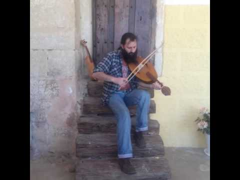 Alberto Redondo Antolín tocando una fídula