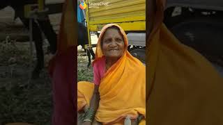 Old women singing very funny Hindi song .😂😂😂