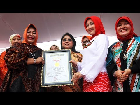 Batik Jawa Barat Juara, 5.000 Emak-Emak Buat Rekor MURI Sehari Berbusana Batik Peserta Terbanyak