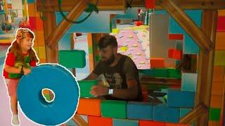 Давид играет с папой на Детской площадке - Весёлое время и развлечения