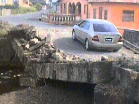 San Vicente y las Granadinas  Georgetown  Coches atravesando puente medio derruido  2014