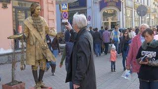 Живая бронзовая статуя пугает людей на Арбате