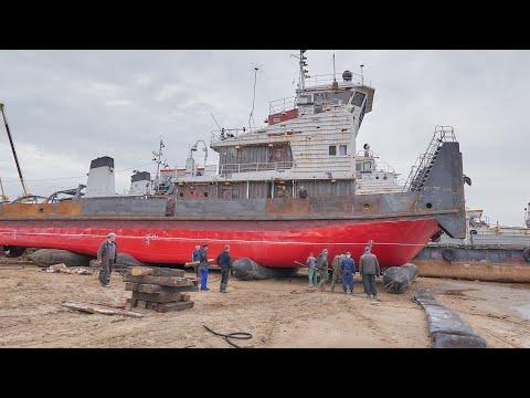 Спуск буксира-толкача  РТ- 674  на ролик-мешках  производства ООО «НПП «Сибрезинотехника».