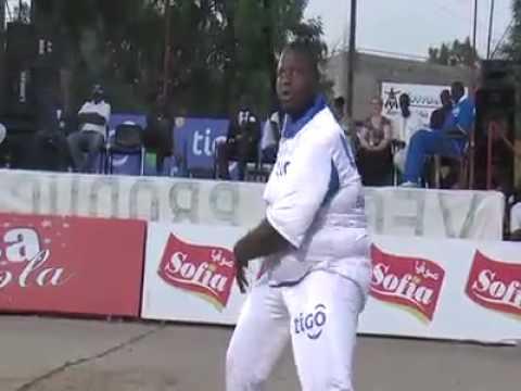 goana de salam diallo avec un lutteur entertainer