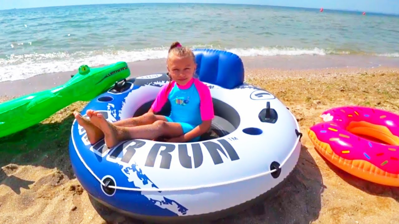 ВЛОГ Сюрпризы на пляже - Видео для детей   Tiki Taki KIds