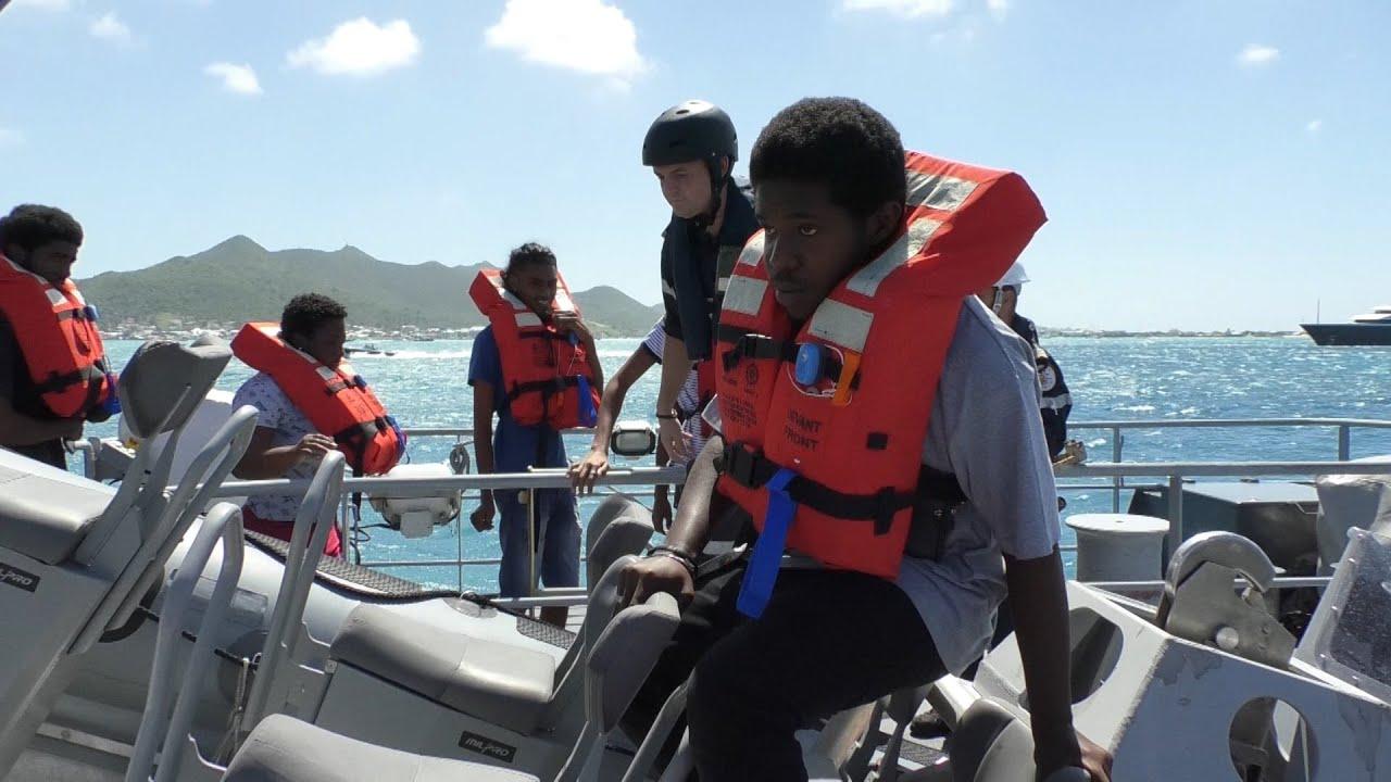 SAINT MARTIN : des jeunes en visite sur un navire de guerre français