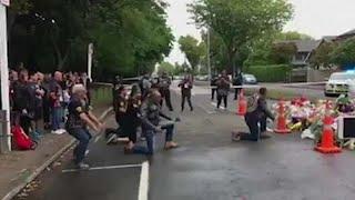 """""""رقصة وعصابة تحرس مسجد"""".. 4 مشاهد غريبة في نيوزيلندا بعد حادث المسجدين"""