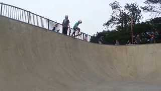 5 year old skateboarder Parker drop into 8 foot bowl