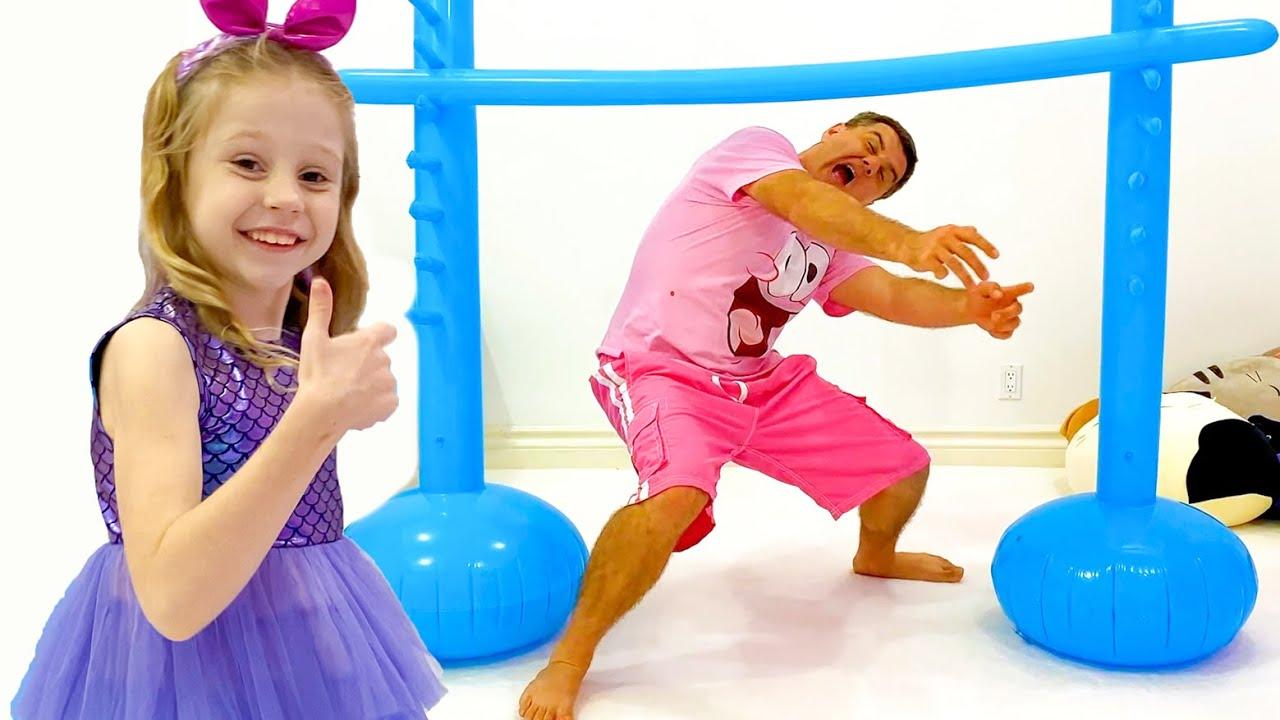 Настя и папа соревнуются за подарок с игрушками