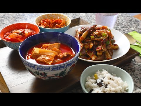 Spicy pork stew (Dwaejigogi-jjigae: 돼지고기찌개)