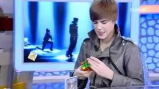 Justin Bieber resuelve el cubo de Rubik en El Hormiguero. Justin Bieber solves the Rubik's Cube
