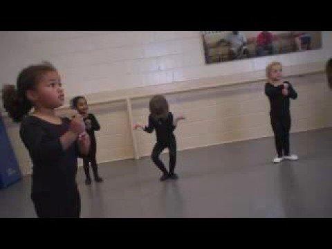 ילדות קטנות מנסות לרקוד בלט