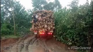 Xe chở keo 20 tấn qua đường lầy rất vất vã