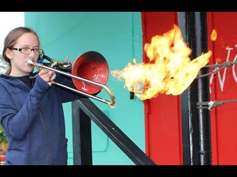 Vidéo : quand un père invente un trombone lance-flammes pour sa fille