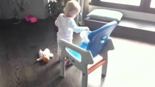 видео Ева делает первые шаги, нам 8 месяцев, 15 дней