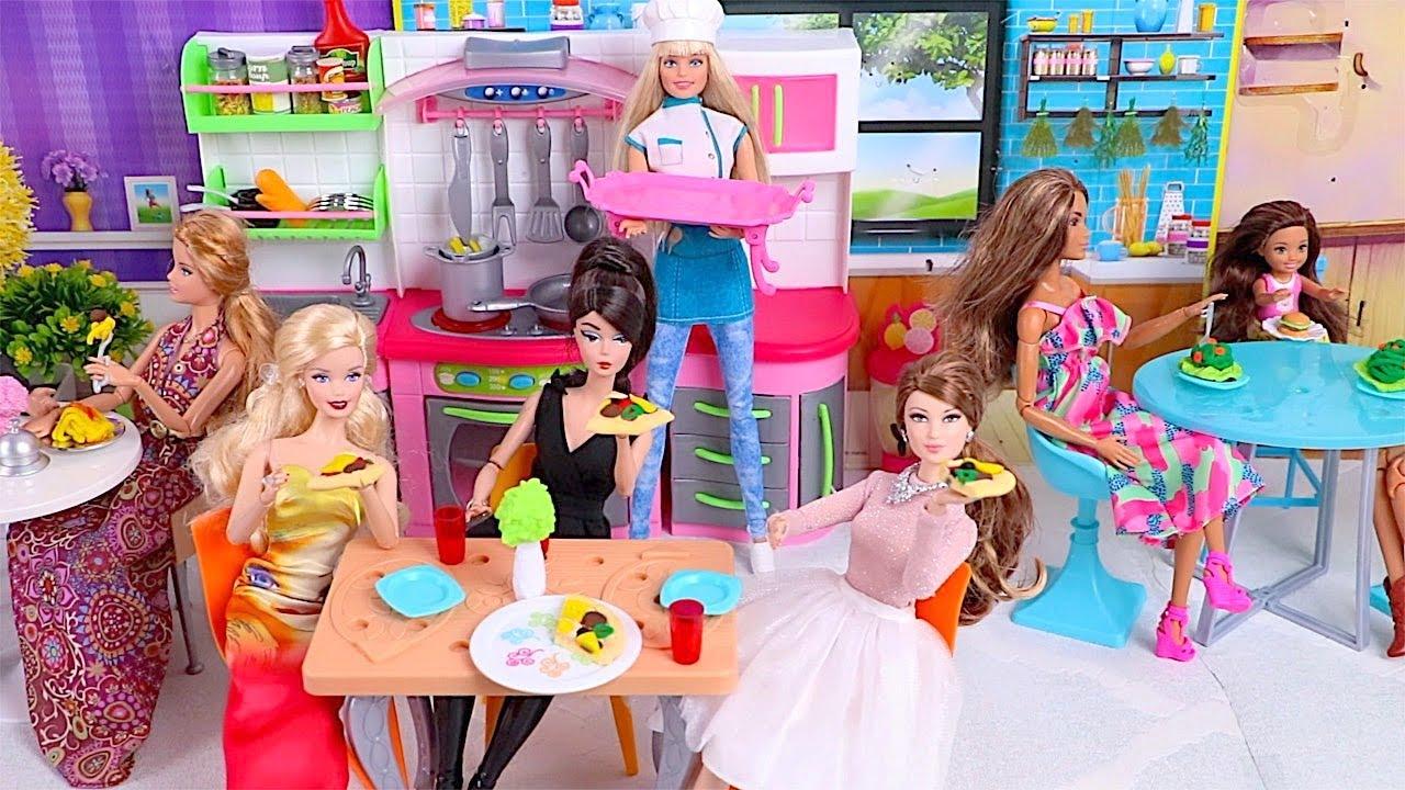 Barbie cocina comida de  plastilina en su restaurante