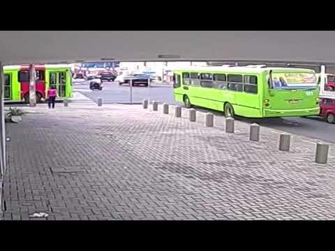 Câmeras flagram batida entre ônibus em Teresina
