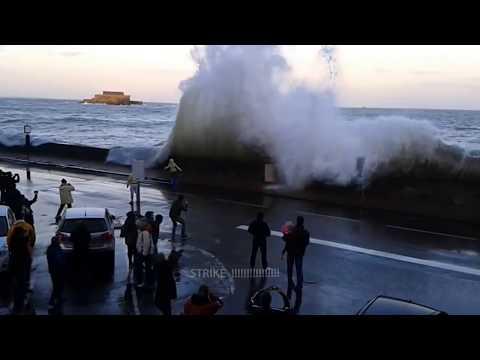 Vague monstrueuse grande marée saint malo  - by Art de plage Saint Malo
