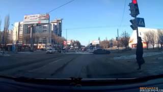 Невозмутимая леди на переходе в Воронеже