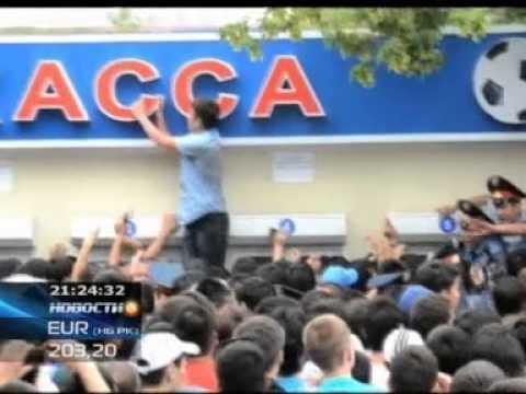 В Актобе футбольные фанаты устроили настоящее побоище у касс стадиона