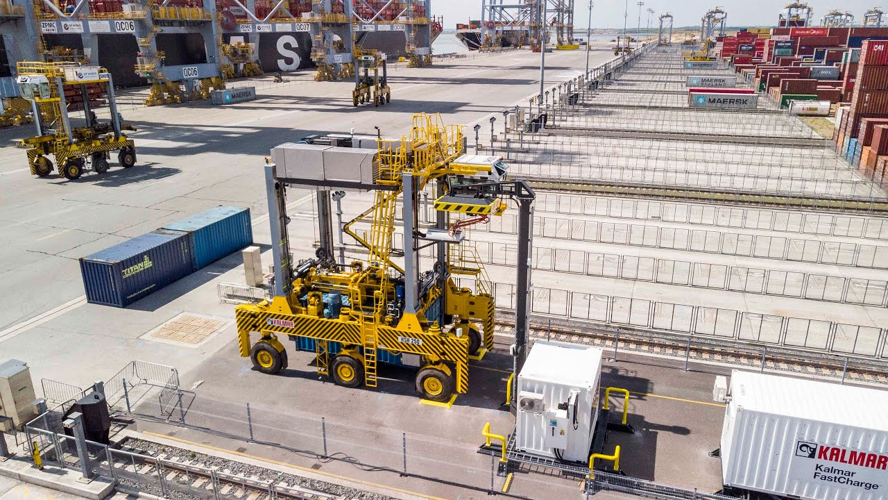 Kalmar FastCharge™ shuttle carrier at DP World London Gateway