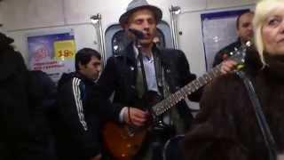 Музыкант играет в метро
