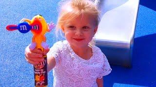 Эльвира НА ПЛОЩАДКЕ Играет в ПРЯТКИ С конфетами M&M