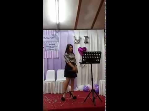 Prilly Latuconsina nyanyi