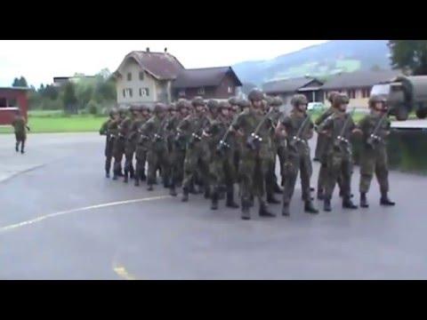 We Will Rock You interpretata da una scuola militare dell'Aviazione Svizzera