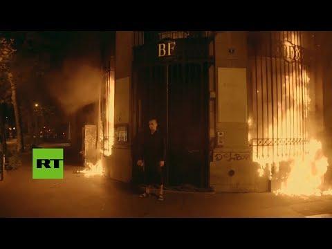 Piotr Pavlenski incendia la entrada del Banco de Francia en París