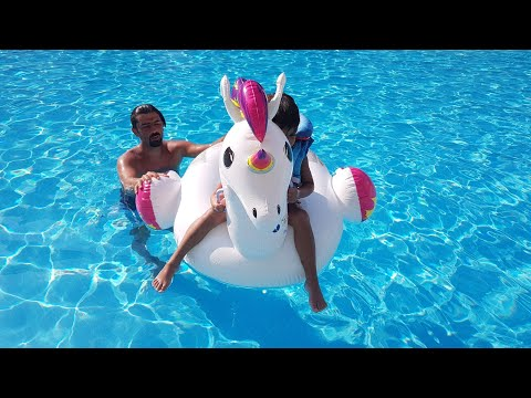 Çınar Efe ve babası unicorn la havuzda oynadı Çınar efe and his father pretend play with toy unicorn