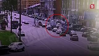 Смотреть видео Таксист сбил женщину с коляской на переходе в Санкт Петербурге онлайн