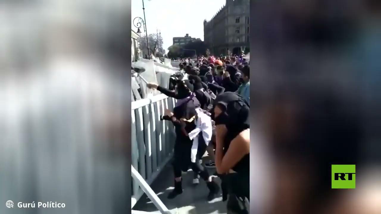 مدافعات عن حقوق المرأة منقبات بالأسود يهاجمن الشرطة في المكسيك
