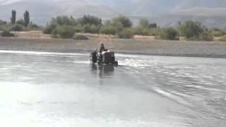 Erzincan'da çiftçi traktörle Fırat Nehrinden geçiyor