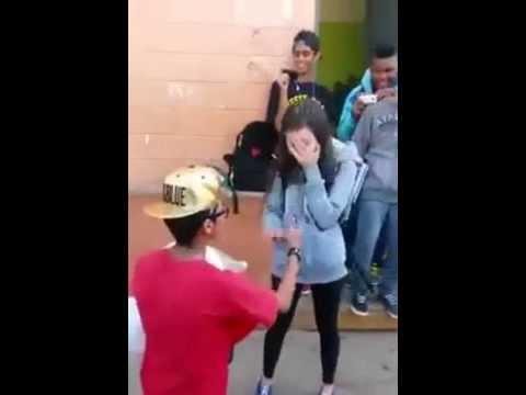 طفل لا يتجاوز عمره 15 عام يطلب يد فتاة امام حشد كبير