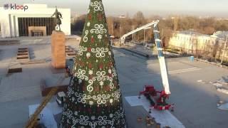 В Бишкеке наряжают новогоднюю елку