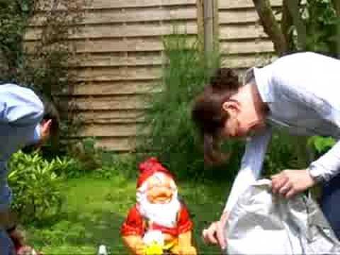 La famiglia dei nani da giardino youtube for La storia dei nani da giardino