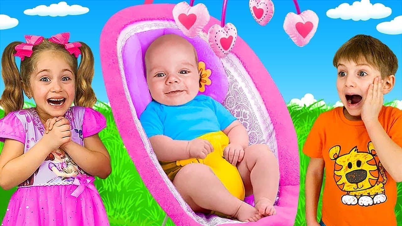 Anita y Yarik le dan juguetes a su hermano menor y juegan juegos divertidos