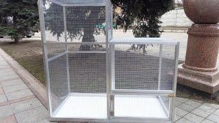 Клетки для волнистых попугаев разных размеров.