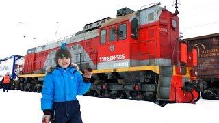 Видео про поезда - Макс идет смотреть поезда - Видео для детей